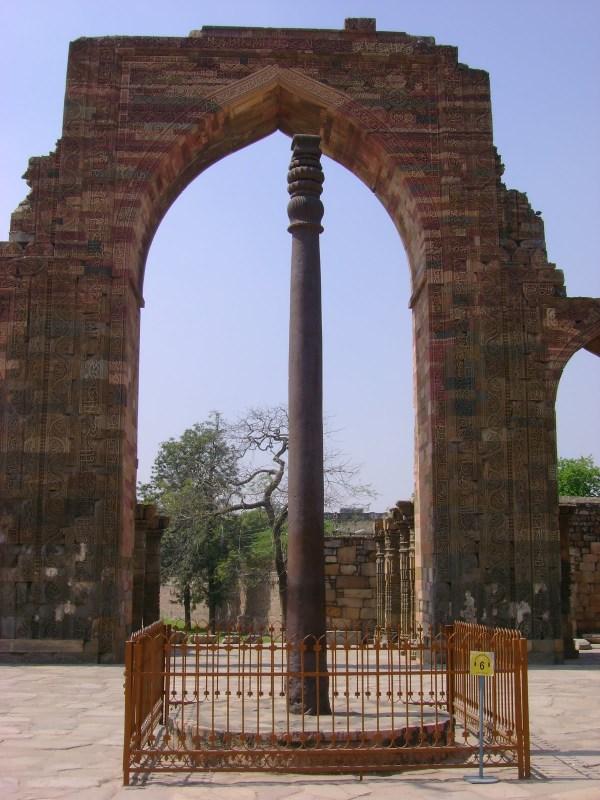 iron pillar qutub minar delhi